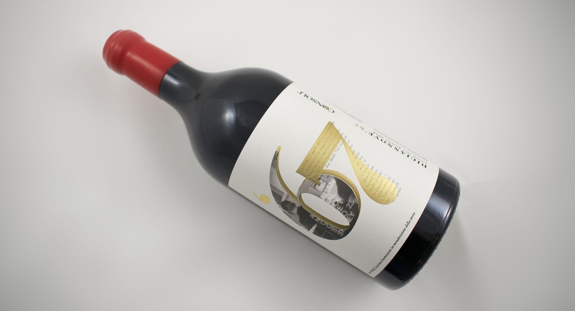Bottiglia di vino rosso con chiusura del tappo in ceralacca con etichetta in carta bianca decorata in lamina oro e rilievo serigrafico.