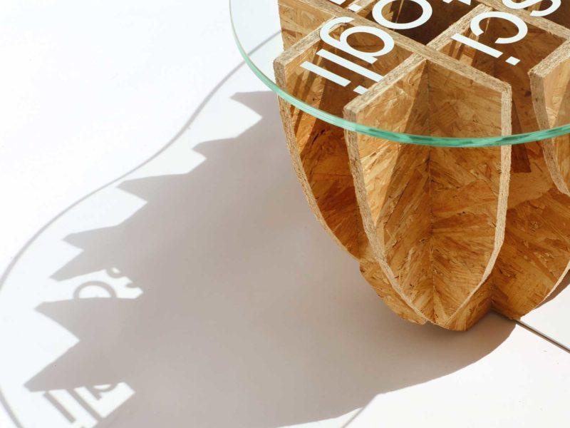 Dettaglio panchina in legno riciclato e vetro su sfondo bianco