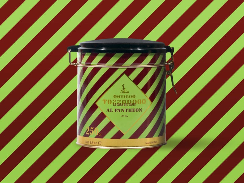 Barattolo rotondo per caffè in metallo a strisce verdi e marroni su sfondo colorato a strisce verdi e marroni.