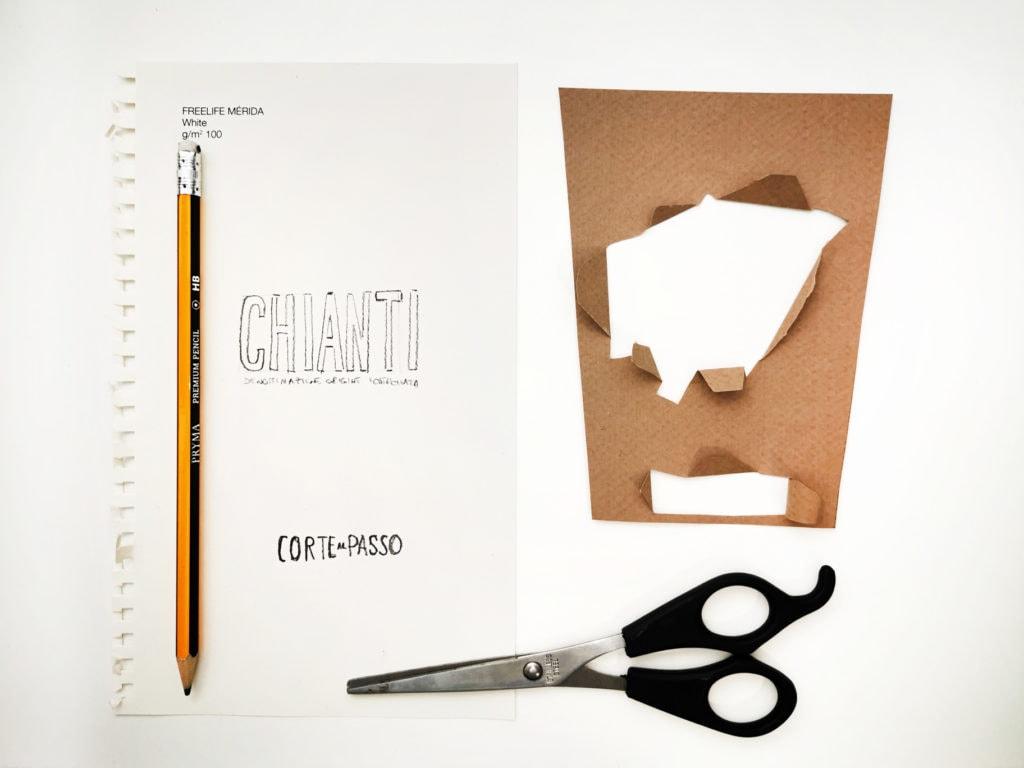 Mockup, bozza di una etichetta su sfondo bianco con matita, forbice e carta.